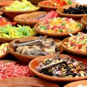 Bonbons und Süßigkeiten in Schüsseln