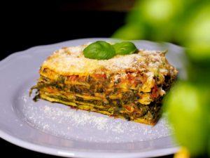 Spinatlasagne auf dem Teller mit Basilikum