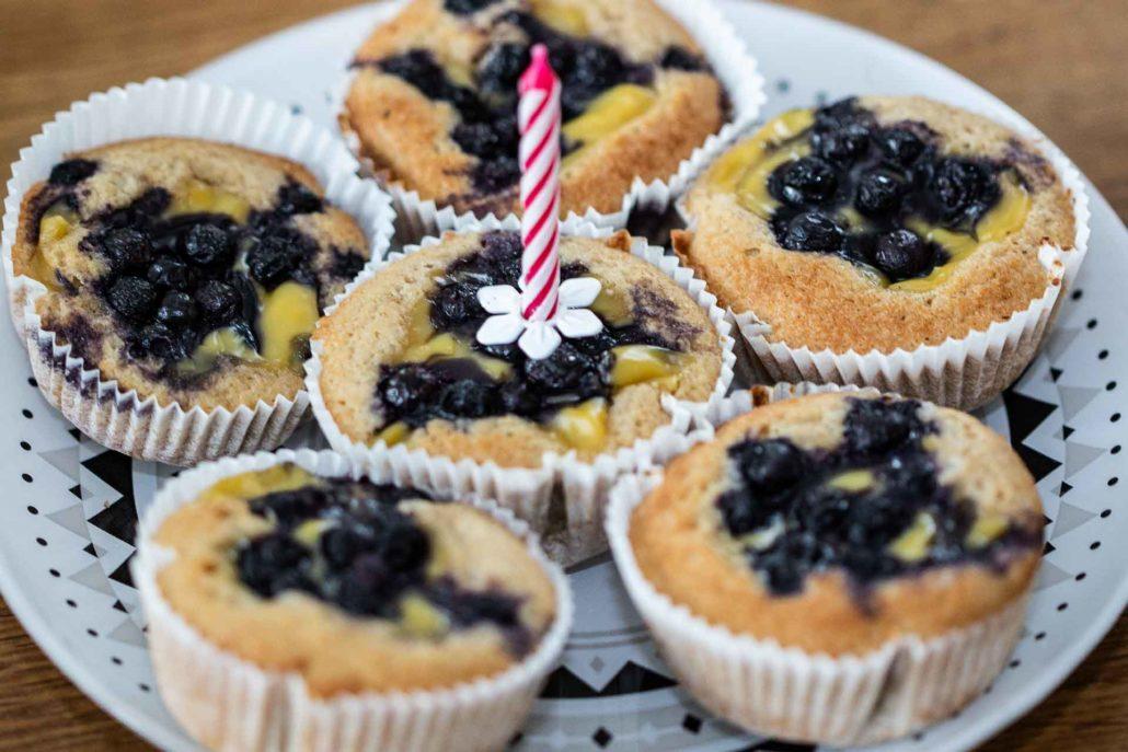 Buchweizenmuffins mit Vanillefüllung und Heidelbeeren