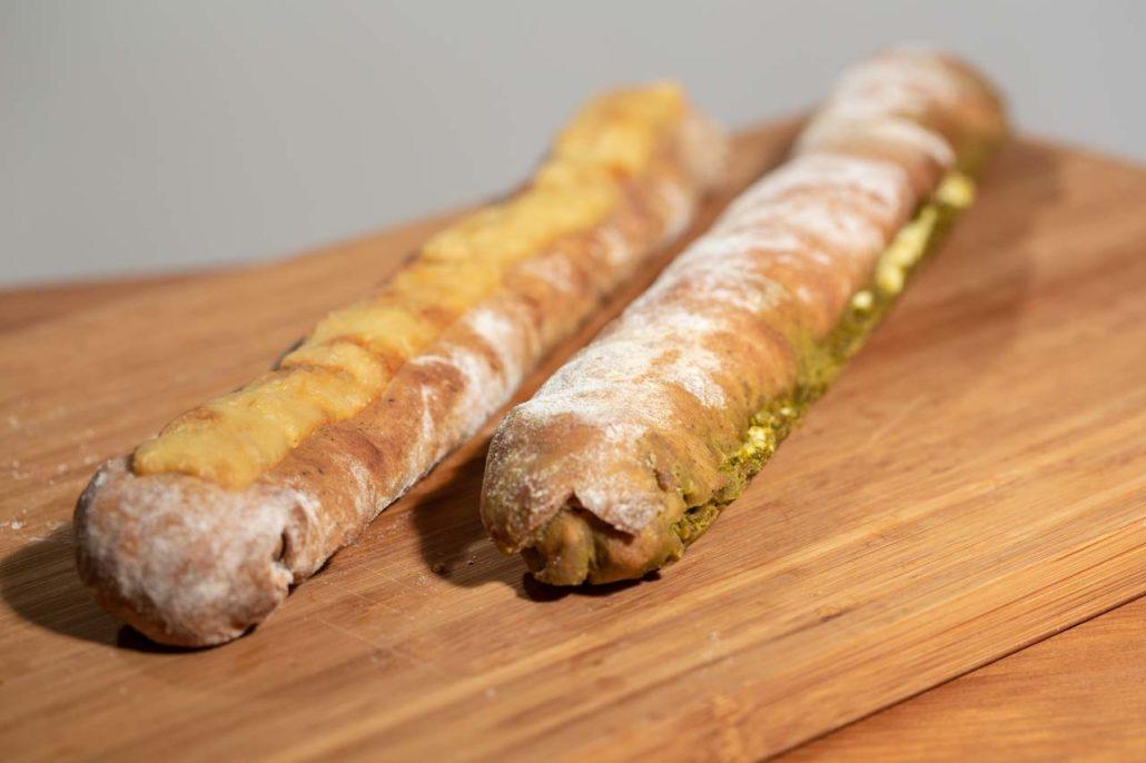 Dinkel Baguettes gefüllt mit Tomaten, Oregano und Käse oder mit Pesto und Fetakäse