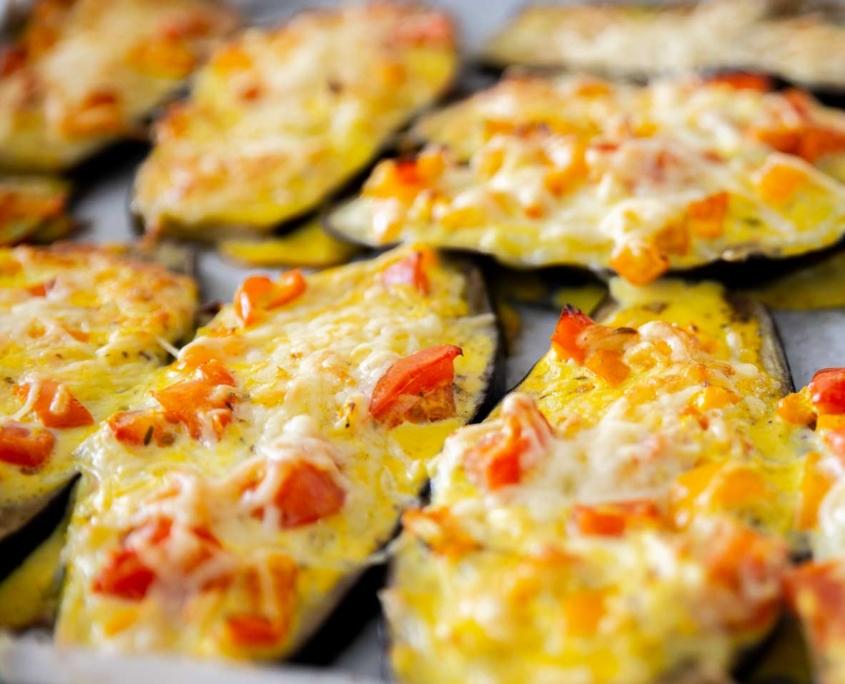Auberginen gratiniert vegetarisch und glutenfrei mit Gemüse und Käse-Sahne überbacken