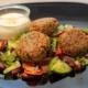 Tofu Laibchen mit Salat und Apfel-Curry Sauerrahmdip