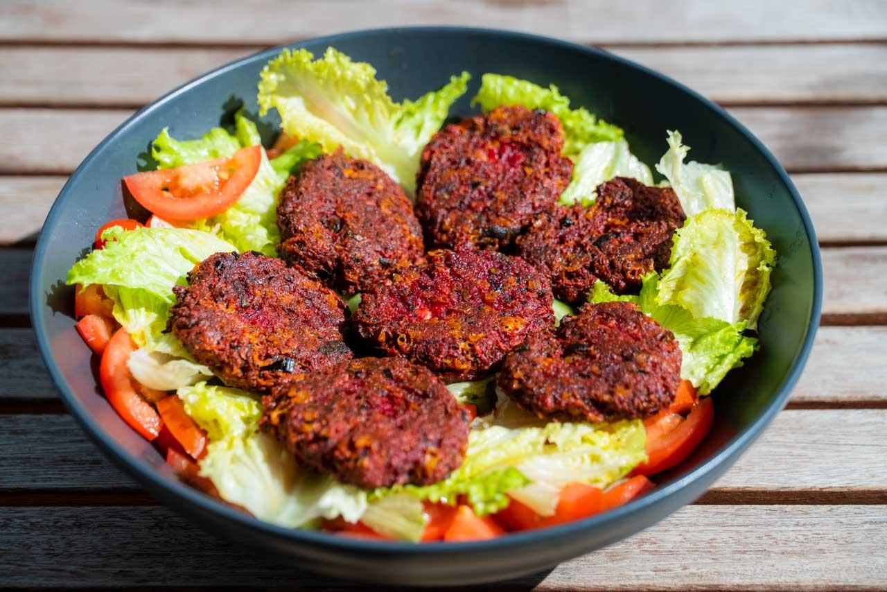 Rote Beete Laibchen auf Salat