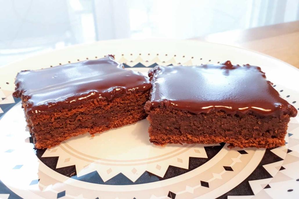 Schokoladenkuchen zuckerfrei mit Glasur auf Teller