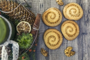 Zuckerfreie Weihnachtskekse auf dem Tisch mit Weihnachtsdekoration